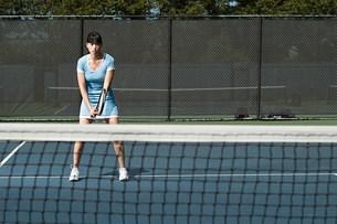 Tennis player on courtの写真素材 [FYI03472525]