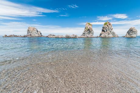 岩のある静かな海岸の写真素材 [FYI03472571]