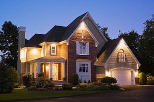 Large house illuminatedの写真素材 [FYI03472734]