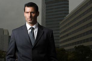 Portrait of a businessman against a city backgroundの写真素材 [FYI03472798]