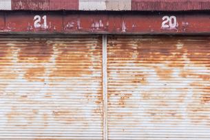 古びた車庫の写真素材 [FYI03472879]