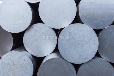 積み重なった銀色の金属棒の写真素材 [FYI03472887]