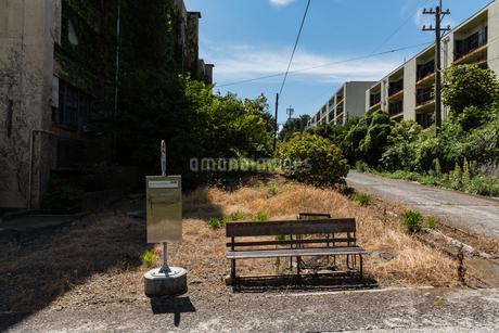 ゴーストタウンのバス停跡の写真素材 [FYI03472929]