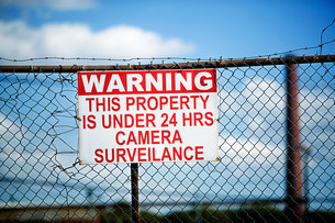 Warning sign on fenceの写真素材 [FYI03473109]