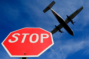 Airplane and stop signの写真素材 [FYI03473114]