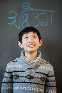 Boy and blackboardの写真素材 [FYI03473133]