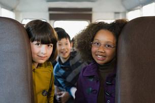 Children on school busの写真素材 [FYI03473168]