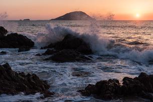 糸島 波のある夕景の写真素材 [FYI03473214]