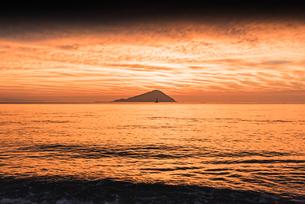 オレンジ色の糸島夕景の写真素材 [FYI03473258]