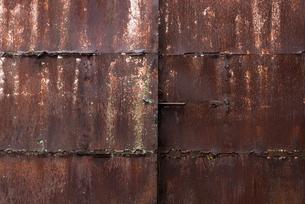 錆びた鉄の扉の写真素材 [FYI03473284]