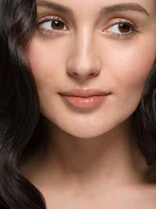 Portrait of young brunette womanの写真素材 [FYI03473438]