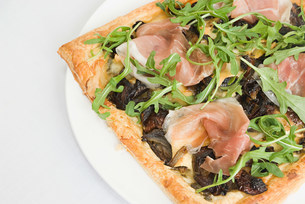 Filo pastry pizza topped with prosciutto,caramelized onionの写真素材 [FYI03473504]