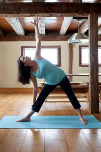 Pregnant woman doing yogaの写真素材 [FYI03474380]