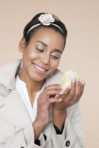 Young woman with easter chickの写真素材 [FYI03474407]