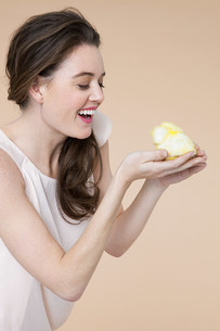 Young woman with easter chickの写真素材 [FYI03474420]