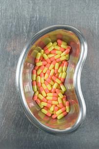 Capsules in kidney dishの写真素材 [FYI03474454]