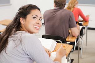 High school students sitting in classroomの写真素材 [FYI03474983]