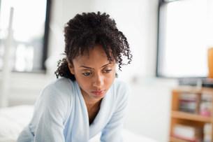 Woman looking depressedの写真素材 [FYI03475154]