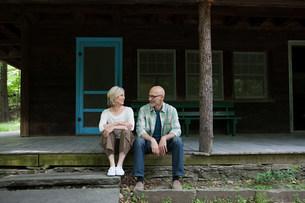 Mature couple at rural retreatの写真素材 [FYI03475251]