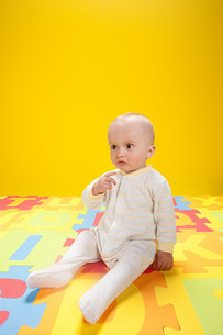 Baby boy playing with toy alphabet lettersの写真素材 [FYI03475431]