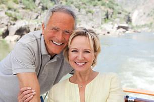 Senior couple on holiday on boatの写真素材 [FYI03475745]