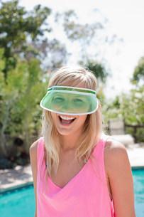 Young woman wearing green sun visorの写真素材 [FYI03475828]