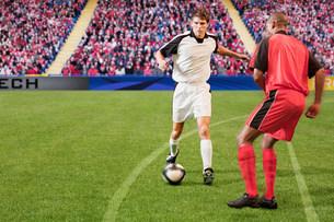 Football players kicking the ballの写真素材 [FYI03475936]