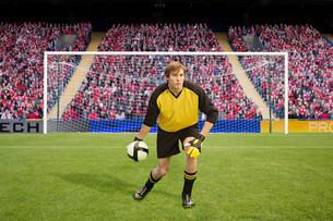 Goalkeeper throwing footballの写真素材 [FYI03475948]