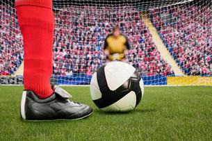 Goalkeeper anticipating free kickの写真素材 [FYI03475951]