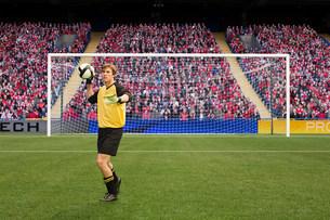 Goalkeeper throwing footballの写真素材 [FYI03475983]
