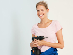 Young woman with an electric drillの写真素材 [FYI03476131]
