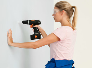 Young woman using electric drillの写真素材 [FYI03476145]
