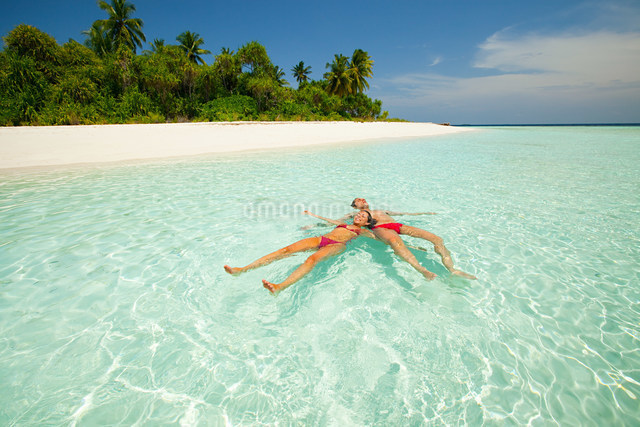 Couple floating in the sea,Baughagello Islandの写真素材 [FYI03476149]