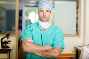Male surgeon in scrubsの写真素材 [FYI03476255]