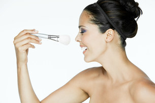Woman with makeup brushの写真素材 [FYI03476564]
