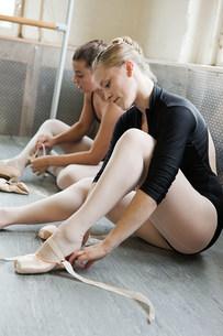 Ballerinas putting on ballet slippersの写真素材 [FYI03476882]
