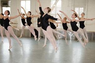 Ballerinas jumpingの写真素材 [FYI03476907]