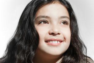 Portrait of a smiling brunette girlの写真素材 [FYI03477134]