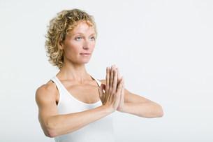 Woman doing prayer poseの写真素材 [FYI03477208]