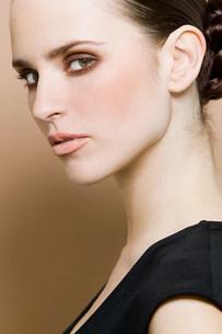 Portrait of young brunette womanの写真素材 [FYI03477270]
