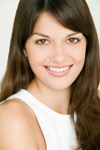 Portrait of young brunette womanの写真素材 [FYI03477272]