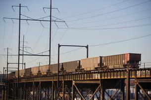 Freight train, Benjamin Franklin Bridge, Philadelphia, USAの写真素材 [FYI03477602]