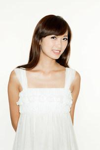 Portrait of brunette woman, studio shotの写真素材 [FYI03477627]