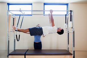 Man doing pilates with instructorの写真素材 [FYI03477737]