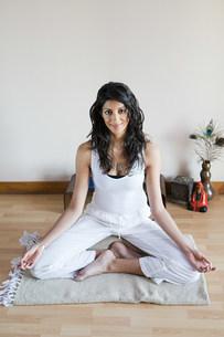 Women in lotus position during yogaの写真素材 [FYI03477770]