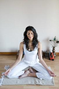 Women in lotus position during yogaの写真素材 [FYI03477801]