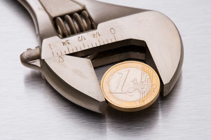 Euro coin in a wrenchの写真素材 [FYI03477898]