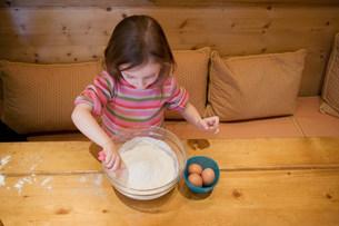Young girl making cakeの写真素材 [FYI03478009]