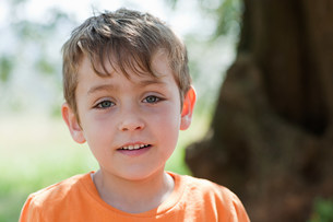 Boy wearing orange t shirt, portraitの写真素材 [FYI03478278]