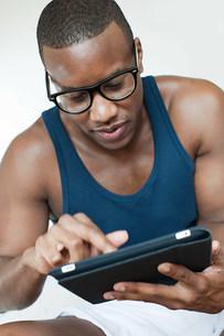 Man using digital tabletの写真素材 [FYI03478544]